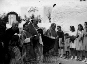 """Sant Jordi, 23 d´abril de 1948. Vicent Serra i Orvay presideix la processó. A la seua dreta, Josep Cardona Torres """"Consell"""" i, a la seua esquerra, Vicent Serra Rosselló. Foto Cine Ibiza / arxiu de Salvador Ramon Torres."""