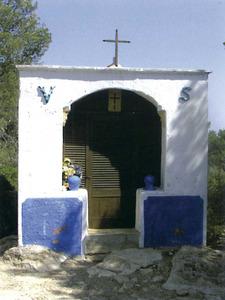 Imatge de la capella del puig d´en Serra, del poble de Sant Josep de sa Talaia. Extret de <em>Béns d´interès cultural i béns catalogats de les illes Pitiüses (1931-2007)</em>.