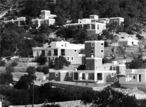 La urbanització de Can Pep Simó, al cap Martinet, construïda entre 1964 i 1971, obra de Josep Lluís Sert i López.