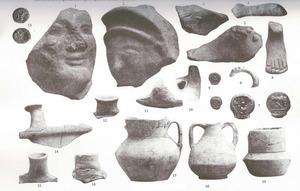 Diverses restes arqueològiques trobades en les excavacions de 1904 de la Societat Arqueològica Ebusitana as Puig d´en Valls, sota la direcció d´Artur Pérez-Cabrero. Extret de <em>Los nombres e importancia arqueológica de las Islas Pithiusas.</em>