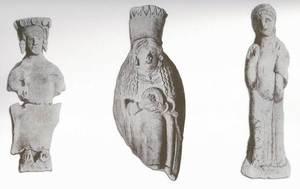 Figures femenines trobades a la necròpolis del Puig des Molins en les excavacions realitzades per la Societat Arqueològica Ebusitana el 1905. Extret de <em>Los nombres e importancia arqueológica de las Islas Pithiusas.</em>