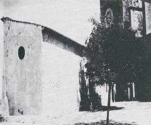 Edifici de la plaça de la Catedral, abans de les reformes, que l´Ajuntament d´Eivissa va cedir per al Museu Arqueològic i on es varen exposar els materials aplegats per la Societat Arqueològica Ebusitana. Extret de <em>Fites</em>.