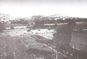 Vista general de 1906 de la necròpolis del Puig des Molins, que fou excavada per la Societat Arqueològica Ebusitana, que li donava el nom de necròpolis d´Ereso. Extret de <em>Los nombres e importancia arqueológica de las Islas Pithiusas.</em>