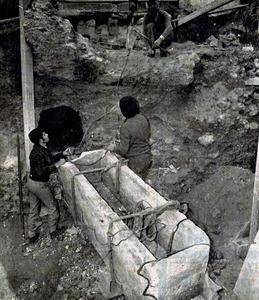 Membres de la Societat Arqueològica de les Pitiüses treballan en la recuperació d´un sarcòfag a les excavacions de la via Romana, 34. Foto: arxiu del Museu Arqueològic d´Eivissa i Formentera.