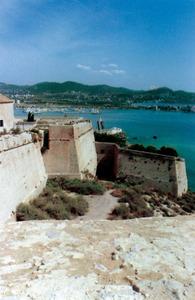 Es Soto és el nom que rep tota la part meridional del puig de Vila exterior a les muralles d´Eivissa. A la fotografia es pot apreciar el baluard de Santa Tecla seguit del mig cavaller i es Revellí. Foto: extret de <em>Breve historia y guía de las murallas de Ibiza.</em>