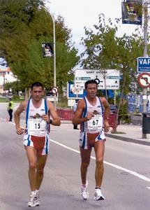 L´atleta Antoni Suñer Torres (dreta) durant la competició de la 26a edició de la Semimarató d´Eivissa, en companyia de Mario Avellaneda.