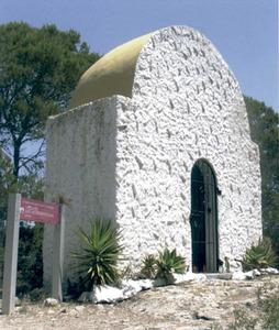 Foto de la capella de sa Talaia de Sant Antoni, construïda una vegada finalitzada la Guerra Civil Espanyola. Foto: extret de <em>Béns d´interès cultural i béns catalogats de les illes Pitiüses.</em>