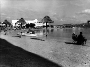 Foto dels anys seixanta del s. XX de la platja de Talamanca, amb l´Hotel Talamanca, anterior establiment de banys, dissenyat per Erwin Broner el 1934. Foto: cortesia de l´Arxiu Històric Municipal d´Eivissa.