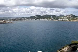 La badia de Talamanca des de l´illa Grossa; a l´esquerra, la punta de sa Tabernera i, a la dreta, la punta des Andreus. Foto: EEiF.