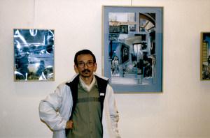 """José Tauste davant d´unes obres seues. Foto: Vicent Ribas """"Trull""""."""