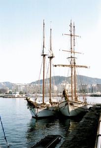 El <em>Tho-pa-ga</em> (esquerra) i el <em>Cala Millor</em> (dreta), abarloats al port d´Eivissa. Foto: Pere Vilàs Gil.