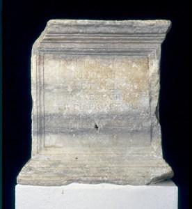 Inscripció epigràfica dedicada a Gai Juli Tiró Getúlic,q ue es trobava al portal de ses Taules de les murades eivissenques.
