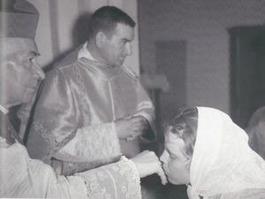 """El prevere i prelat domèstic de Sa Santedat, Miquel Torres Cardona """"Esquerrer"""", en un acte litúrgic, amb el bisbe Cardona Riera (a l´esquerra de la imatge). Foto: Josep Maria Subirà."""