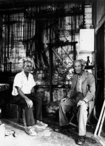 """Dos dels mestres d´aixa de la família Torres """"Manyà"""": Pere Torres Garcia i el seu pare, Antoni Torres Tur, al seu taller de la drassana vora la carretera de Santa Eulària des Riu. Foto: arxiu de Toni Vidal."""