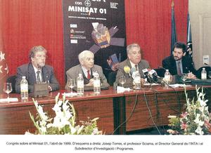 A l´esquerra de la imatge, Josep Torres Riera en el Congrés Minisat 01. Foto: extret de la revista <em>Eivissa</em>.