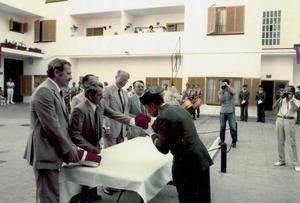 """L´alcalde de Sant Joan de Labritja (1979-1983), Jaume Tur Juan, segon per l´esquerra, en un acte de lliurament de la bandera per al quarter de la Guàrdia Civil del seu municipi. Foto: arxiu de la família """"Petit""""."""