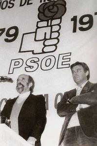 Joan Tur Ramis amb Felipe González, durant el míting que aquest últim protagonitzà a Eivissa l´any 1979. Foto: Josep Buil Mayral.