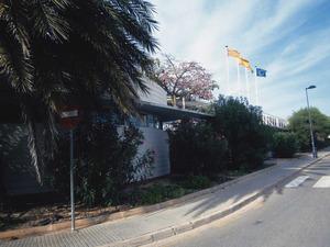 Façana del Centre Polivalent de Cas Serres, del Consell Insular d´Eivissa; en aquest edifici s´ubica la delegació de la Universitat Nacional d´Educació a Distància (UNED). Foto: EEiF.