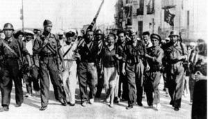 El militar Manuel Uribarri Barrutell, amb prismàtics, al port d´Eivissa. Foto: extret de <em>Rafael Alberti en Ibiza</em>.