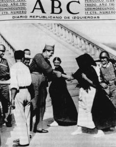 Portada delk diari <em>ABC</em> on apareix aquest capità saludant algunes dones eivissenques vora l´espigó del port d´Eivissa. Foto: extret de <em>Rafael Alberti en Ibiza</em>.