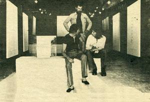D´esquerra a dreta, Don Kunkel, Carl van der Voort (dret) i Marià Planells a la Galeria Van der Voort, el 1973. Foto: Íñigo / Artxiu d´Imatge i So Municipal d´Eivissa.
