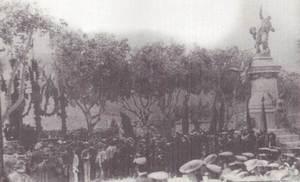 Al passeig de Vara de Rey, el rey Alfons XIII va presidir la inauguració del monument al general, mort a Cuba el 1898. Extret de <em>La España de Alfonso XIII</em>.