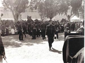 Militars al passeig de Vara de Rey el dia 25 d´abril de 1904, durant la inauguració del monument. Foto: Narcís Puget / Postals antigues.