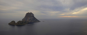 Es Vedrà i es Vedranell, davant, illots separats uns 2 km de la costa d´Eivissa i amb una altura màxima de 382 m. Foto: Vicent Guasch.