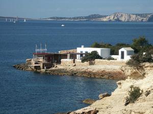 La cova des Vell Marí o de sa Llagosta, al cap Blanc, a la costa de Sant Antoni de Portmany. Foto: Felip Cirer Costa.