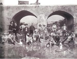 Excursió d´alumnes del Col·legi de Segona Ensenyança d´Eivissa a Santa Eulària des Riu, a la font d´en Lluna, sota el pont Vell, cap a 1902. Foto: Narcís Puget / <em>Eivissa/Ibiza. L´illa d´un temps</em>.