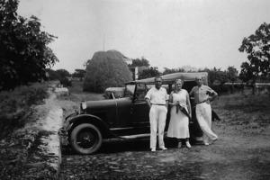 La família Ventosa Valls, propietària de la Fàbrica Ventosa, d´excursió per Eivissa. Foto: cortesia de l´Arxiu Històric Municipal d´Eivissa.