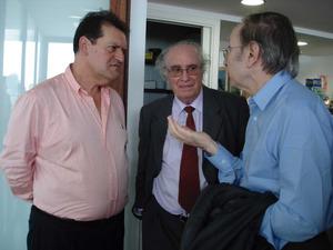 El lingüista Joan Veny i Clar, enmig, parlant amb Josep Massot Muntaner i Felip Cirer Costa, a Eivissa, el 2008. Foto: arxiu de Felip Cirer Costa.