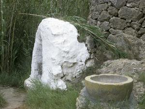 La capella i la pica de la font des Verger, en el llit del torrent de ses Fonts, al poble de Sant Josep de sa Talaia. Foto: Maria Jesús Adamuz Torres.