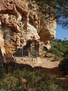 La cova des Vi, situada al vessant S del puig Nunó, que conté pintures rupestres. Foto: EEiF.