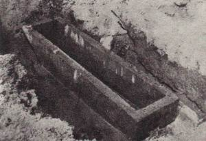 Sarcòfag excavat el 1920 per Joan Roman a Can Vic, que contenia tres esquelets acompanyats per tres gerretes. Foto: extret d´<em>Els monuments antics de les illes Pitiüses</em>.