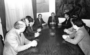 Al fons esquerra de la imatge, Cosme Vidal Juan en una reuni&oacute; amb consellers despr&eacute;s de l´acte de col&middot;locaci&oacute; de la bandera auton&ograve;mica a la seu del Consell Insular de l´avinguda d´Ignasi Wallis, 21. Extret d´<em>El Consell Insular - 30 anys d´autogovern</em>.