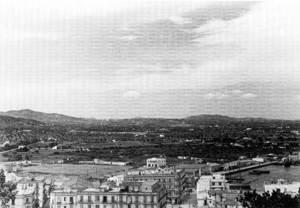 El prat de Vila vist des de les murades. Després dels edificis es veu l´esplanada del camp de futbol de sa Palmera. Foto: George M. Foster.
