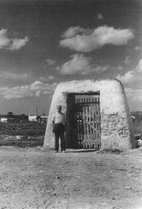 Portal que donava accés a les feixes del prat de Vila. Foto: George M. Foster.