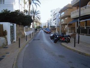El carrer de Carles Roman Ferrer, que discorre paral·lel a la mar. Foto: Felip Cirer Costa.