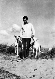 Imatge de John Anthony West, passejant amb dos cans eivissencs. Foto: Martin Riechenthal.