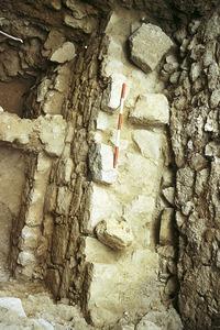 Sondeig realitzat a l´interior del tram de muralla que uneix les torres VIII i IX. Es pot observar al fons el gran mur d´època púnica (s. IV aC) i diverses superposicions estratigràfiques d´època antiga i medieval. Foto: Joan Ramon Torres.