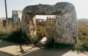 Agricultura. Portal de feixa. Les feixes són un dels sistemes de cultiu introduïts probablement pels àrabs. Foto: Ernest Prats Garcia.