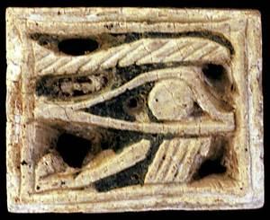 """Amulet antic. Placa d´estatita amb la representació de l´ull d´Horus (""""udjat"""") a l´anvers. Foto: Jordi H. Fernández Gómez."""