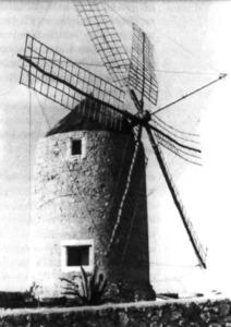 Un molí amb les seues antenes, a Formentera. Extret d´<em>El llarg camí del pa a Formentera</em>.