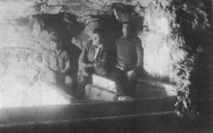 Arqueologia. Grup d´obrers a l´interior de l´hipogeu 3 de la campanya de 1928 de Carles Roman al puig des Molins. Foto: Carles Roman Ferrer.