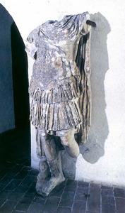 Art. Estàtua que representa un <em>thoracator</em> (personatge amb cuirassa). Foutrobada, probablement, al llarg de les obres de construcció de les murades renaixentistes el s. XVI. Foto: cortesia del Museu Arqueològic d´Eivissa.