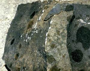A l´esquerra, petita mostra de basalt, que, en ser tallada, presenta un color negre. Foto: Bartomeu Escandell Prats.