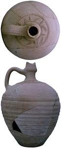 Un característic perfil de gerro ebusità d'època bizantina. Pertany al tipus RE-0314 b i procedeix de la cuina de l'edifici A de les pallisses de Cala d'Hort. Té l'espatla decorada amb un doble cercle concèntric i amb incisions radials polilineals en forma de Sol. c. 575-600 dC. Foto: Joan Ramon Torres.