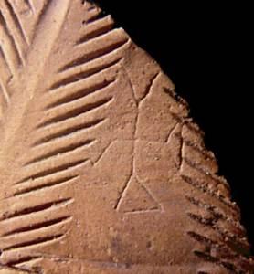 Època bizantina. Creu grafitada sobre un gerro ebusità decorat amb fulles de palma. Testimoni de la fe cristiana professada pels pagesos de llocs rurals d'Eivissa com les pallisses de Cala d'Hort. Devers el 575-600 dC. Foto: Joan Ramon Torres.