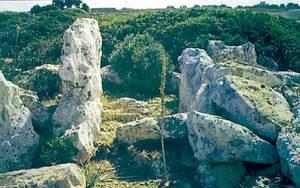Edat del bronze. Vista d´una de les portes d´accés de la murada megalítica de sa Cala, delimitada per grans ortostats.